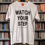 S / S Tシャツ WATCH YOUR STEP ホワイト