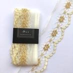 ゴールドお花模様入りの白いレース