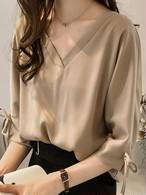 【tops】Ⅴ straight neckline three-quarter sleeve blouse