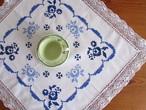 【ころんと丸い青いバラ】ブルーローズの手刺繍入り 小さめテーブルクロス /ヴィンテージ・ドイツ 未使用品