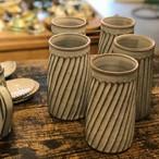 白い鎬の筒型花瓶 斜め鎬