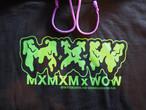 "MXMXMxWOWコラボパーカー ""MAGI WOW"" 黒xDOKUプリント"