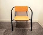座ると妙に懐かしい。キッズチェアや小物置きとして(幼稚園椅子×ローチェア)