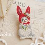 『 うさぎの帽子 』 刺繍ブローチ