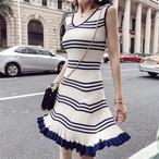 スカートの裾広がりがハッピーな雰囲気を演出★Vネックニットワンピ