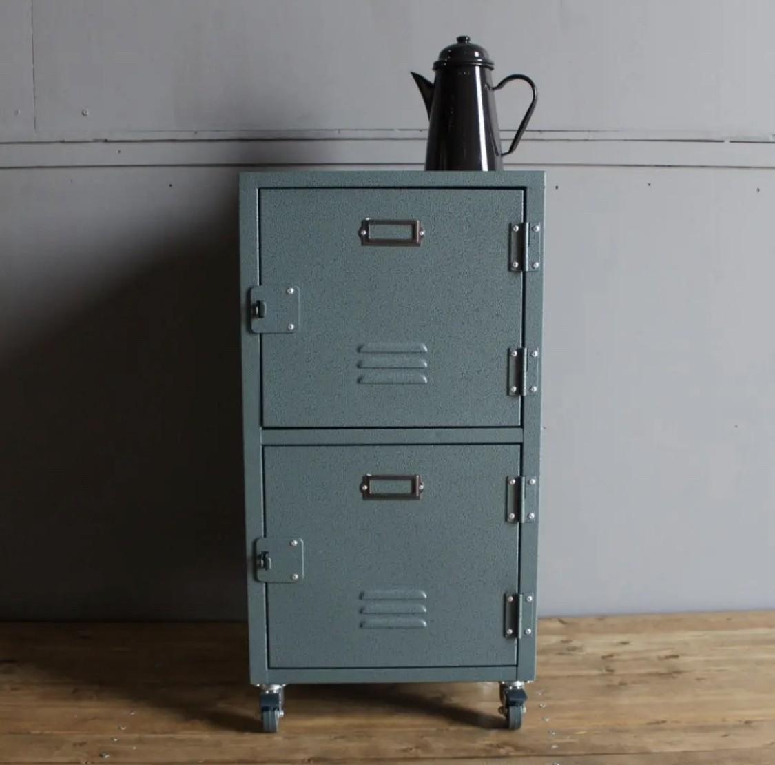 《アメリカンインダストリアル家具》絶妙カラーが、メンズスタイルのお部屋にも合う2扉チェスト