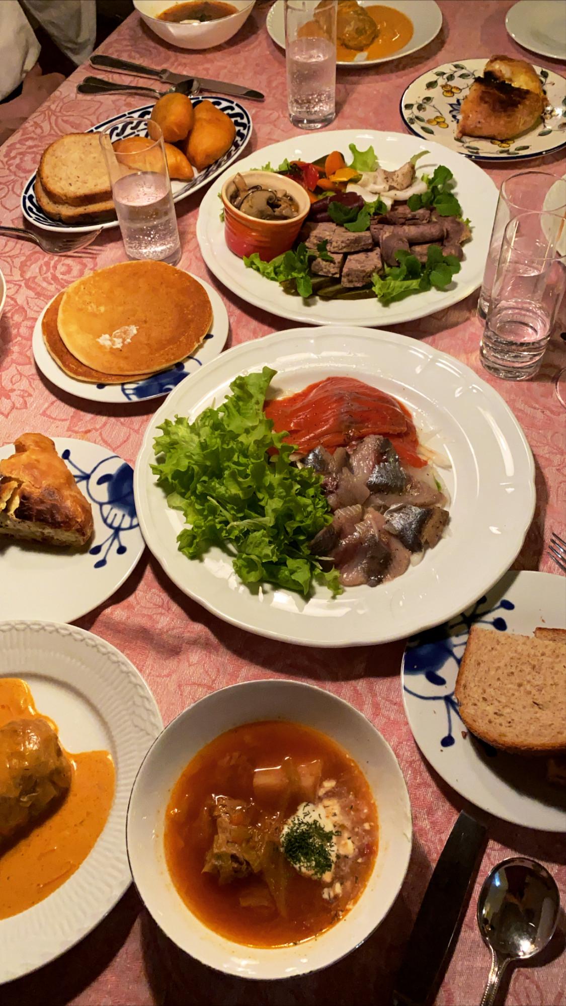ご家庭でのお食事の様子 前菜盛り合わせ サーモンとニシンのマリネ パンケーキ ピロシキ ハチャプリ