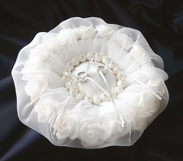 透け感が魅力の白いラウンド形リングピロー