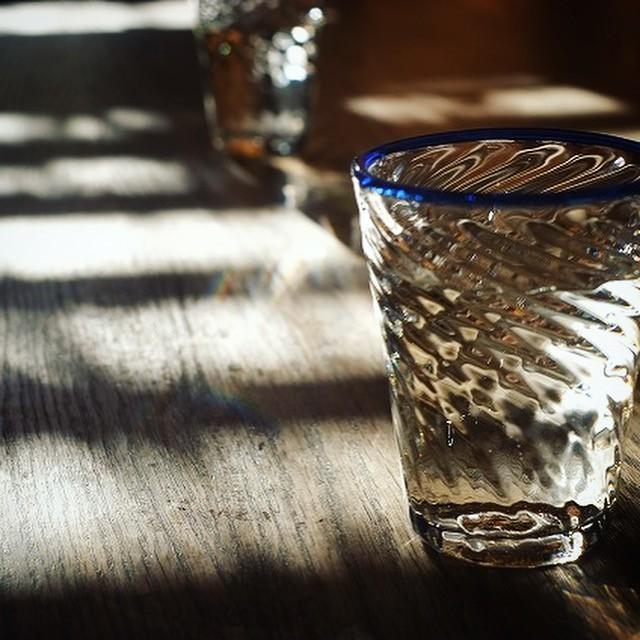 🔷296点ほどの吹きガラスが並びますーカンナカガラス・村松さんの展示会