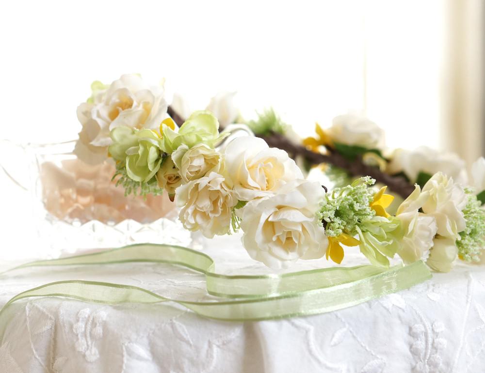 「グリーンとクリーム色の小さなバラの、花冠」を」ご紹介します!