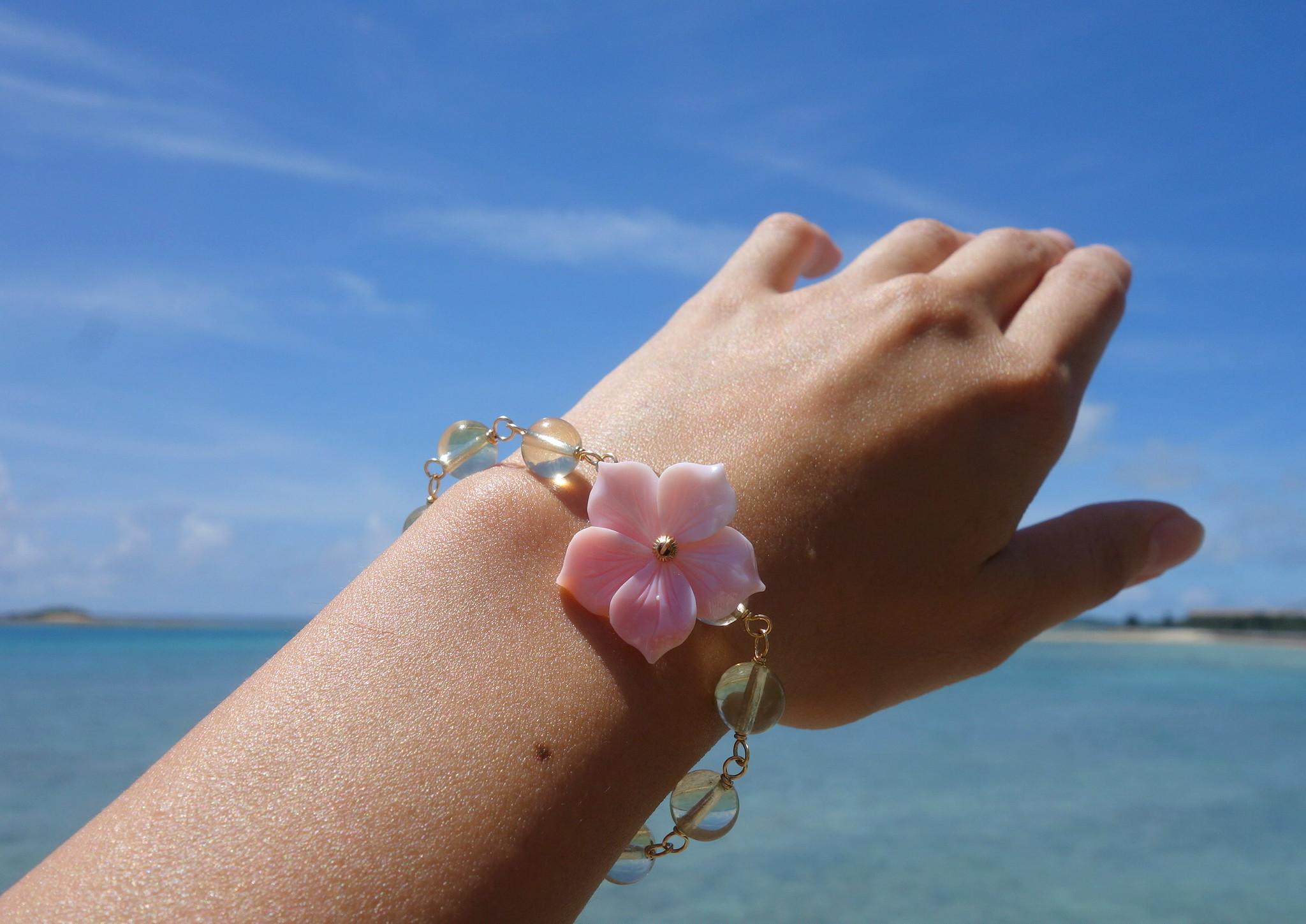 宮古島の海に浮かぶハイビスカスをイメージした「hibiscus bracelet (yellow)」