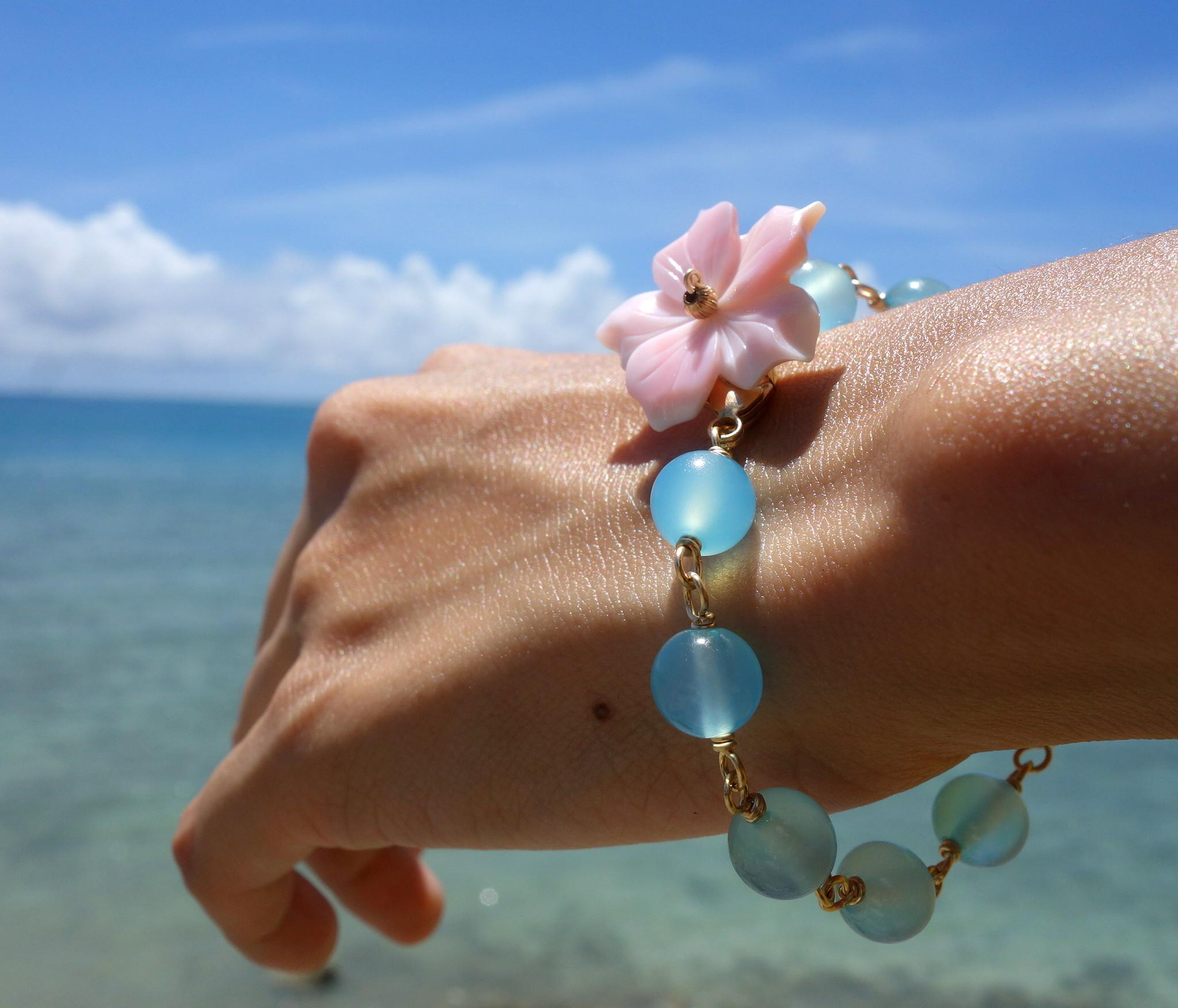 宮古島の海に浮かぶハイビスカスをイメージした「hibiscus bracelet (blue)」