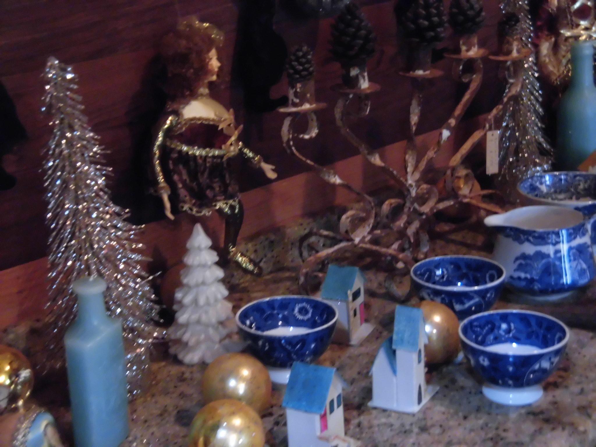 気の早いクリスマスソングを聞きながらのセールが始まります