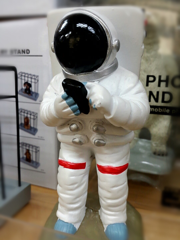 宇宙服を着てスマホを?