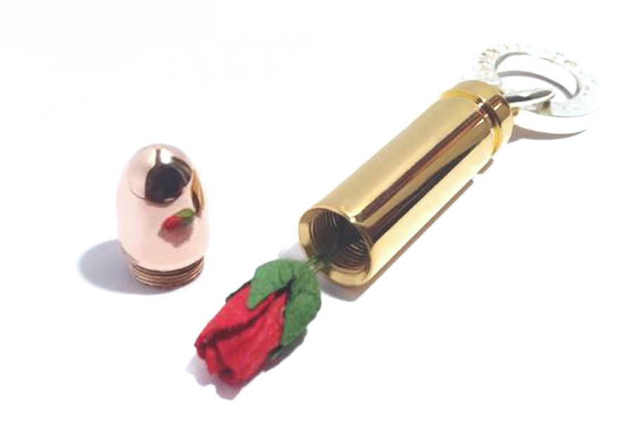平和を願う。薔薇の花の、弾丸のロケットペンダント