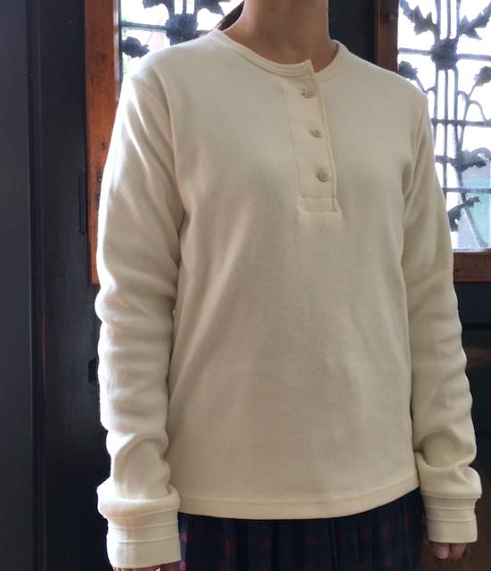 細部までヴィンテージ感にこだわった ヘンリーネックシャツ。