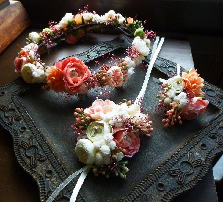 柔らかサーモンピンクとオフホワイトと人気のカスミソウを使ったレディーな花冠とリストレットとブートニア