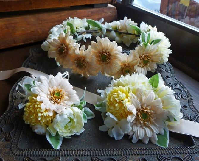 バニラカラーのガーベラを使った花冠とリストレットとブートニア3点セット