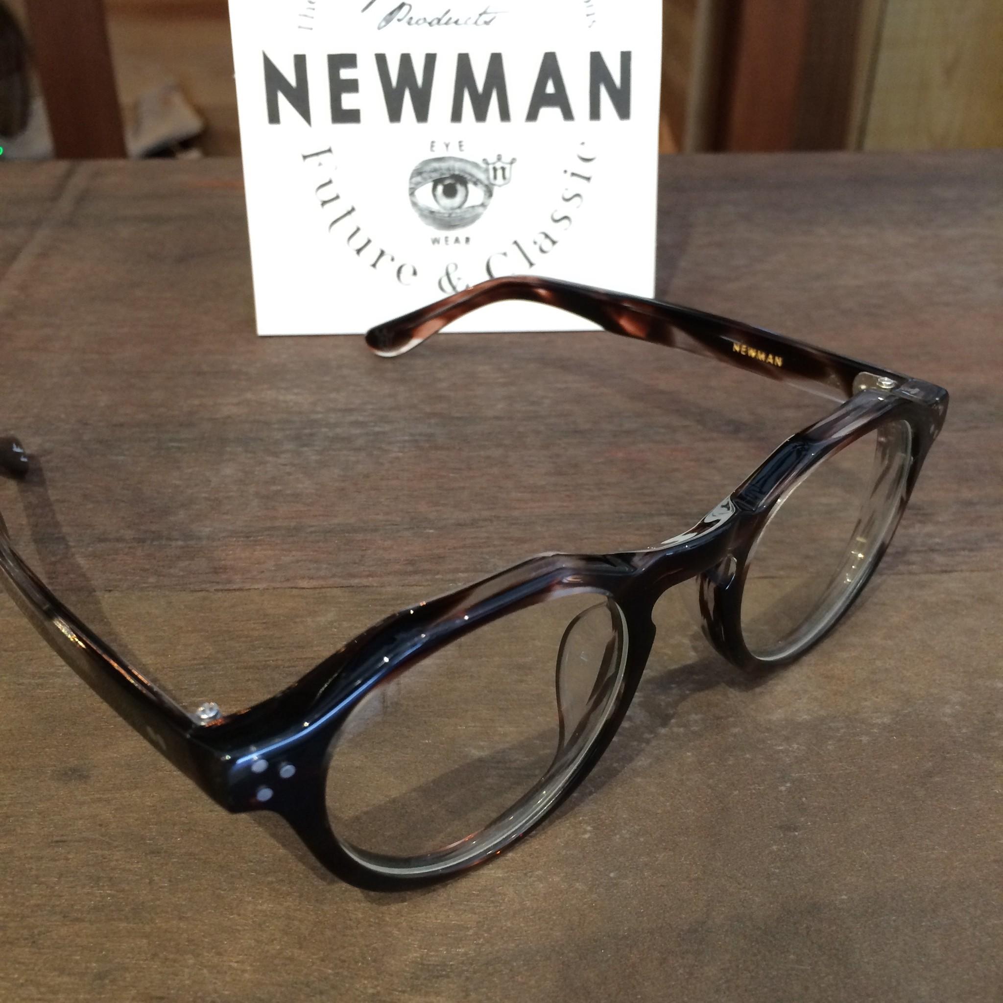 コーディネートのポイントにNEWMANのメガネ
