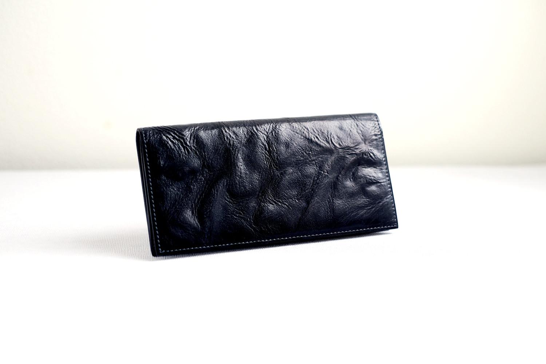 個性的な表情のイタリアンレザーを使い、上品でスマートな長財布を仕立てました。