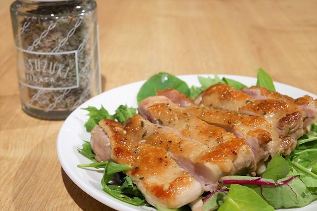 カリッとジューシー!10種のOrganic herbをつかった簡単すぎるグリルチキン!