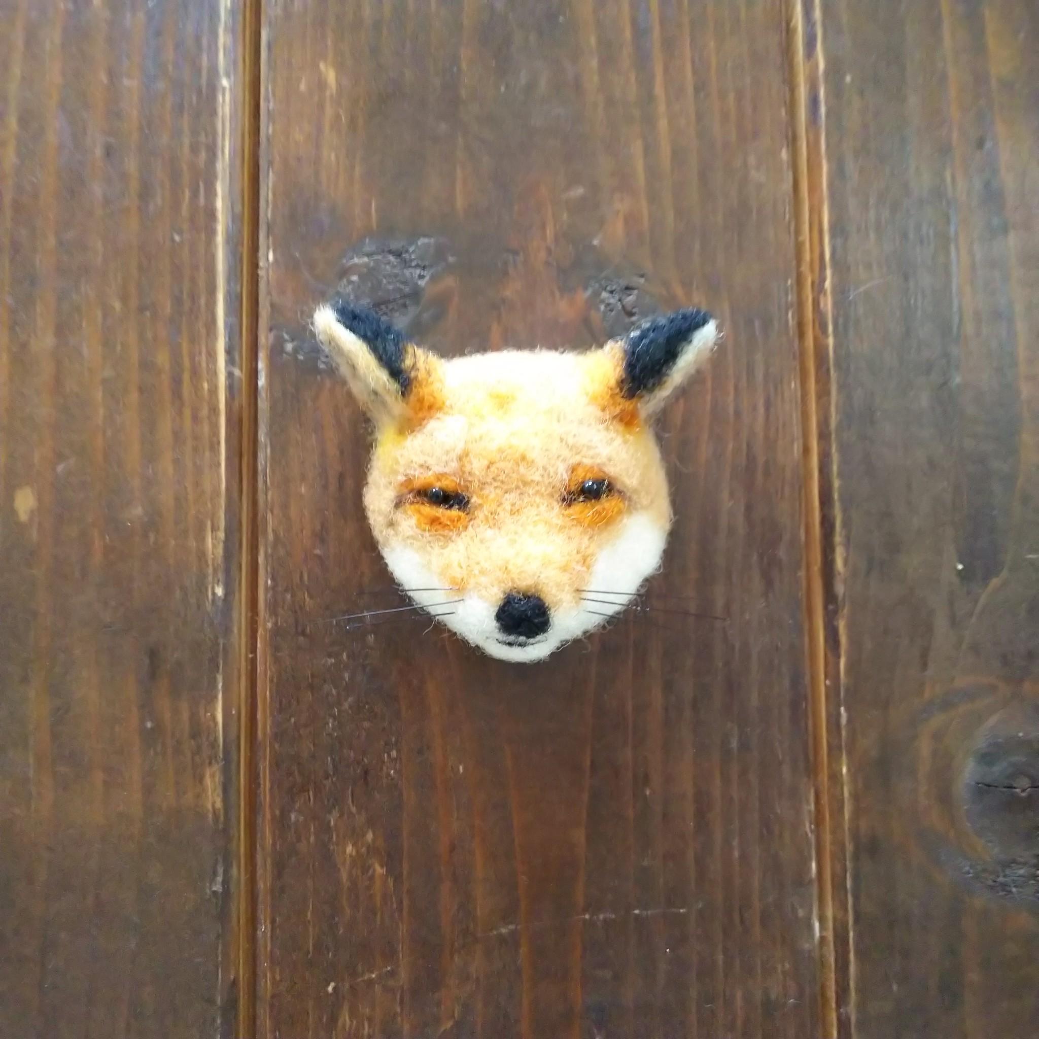 動物顔のブローチ