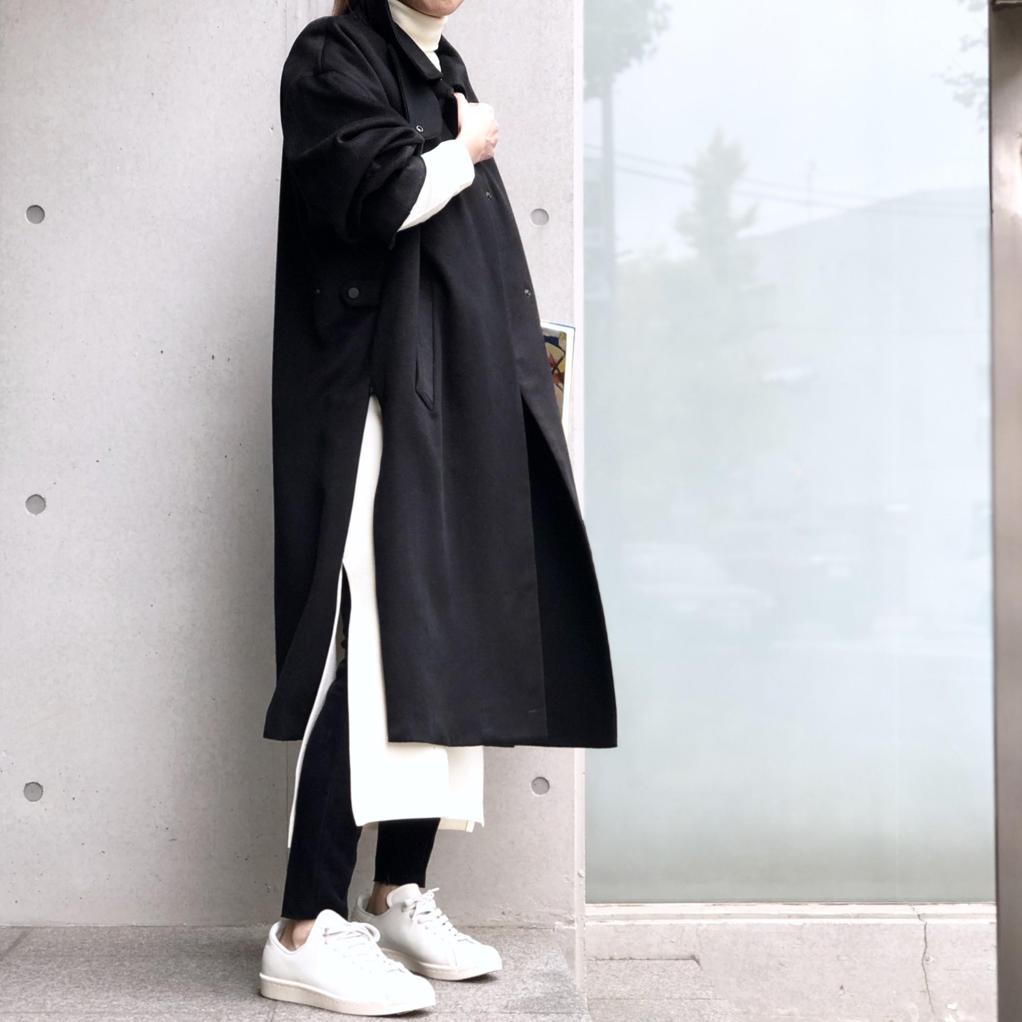 ロングドレスとコートのレイヤードスタイル
