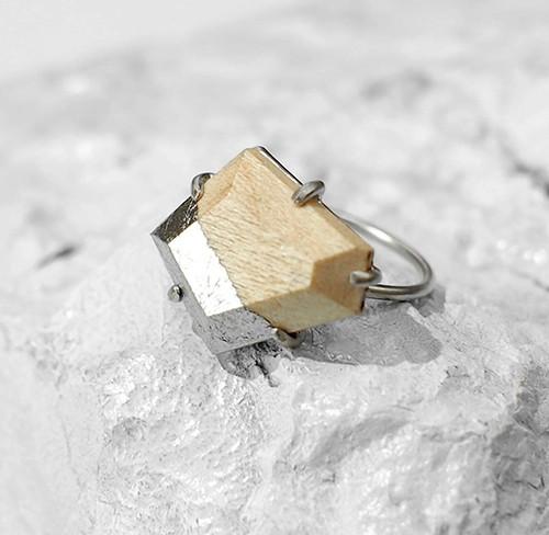 「銀箔が輝く、天然石のようなウッドアクセサリー」