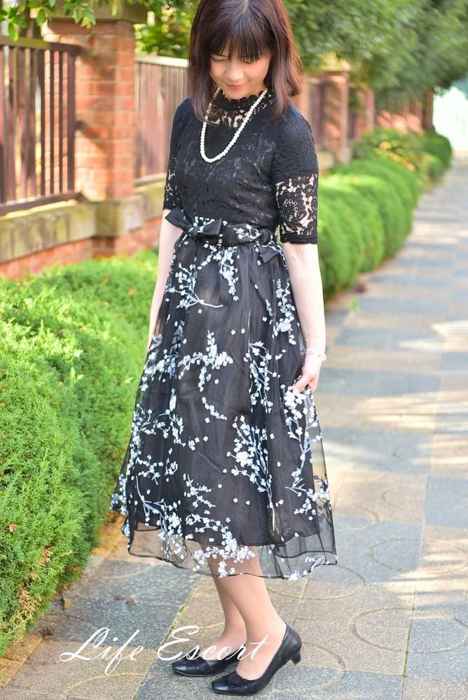 春コーデ。軽やかに黒ワンピの着こなしで、大人の女性の魅力を引き出す♪