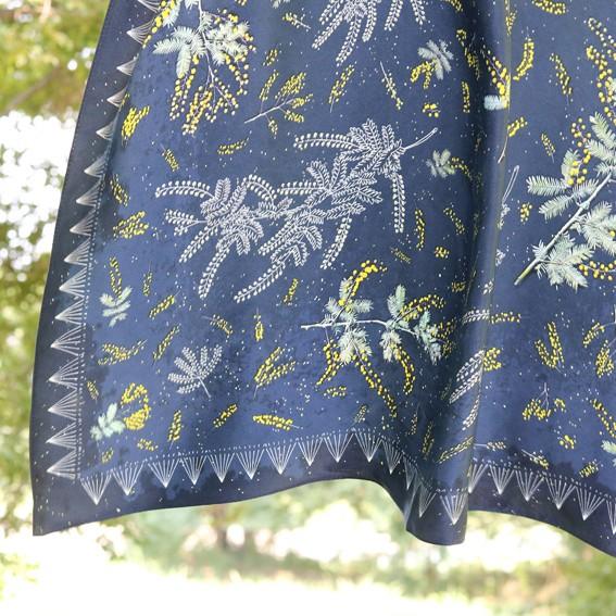 デニムにも合うカジュアルスカーフ。【ミモザの星降る夜に】シルク100%、ミモザ柄
