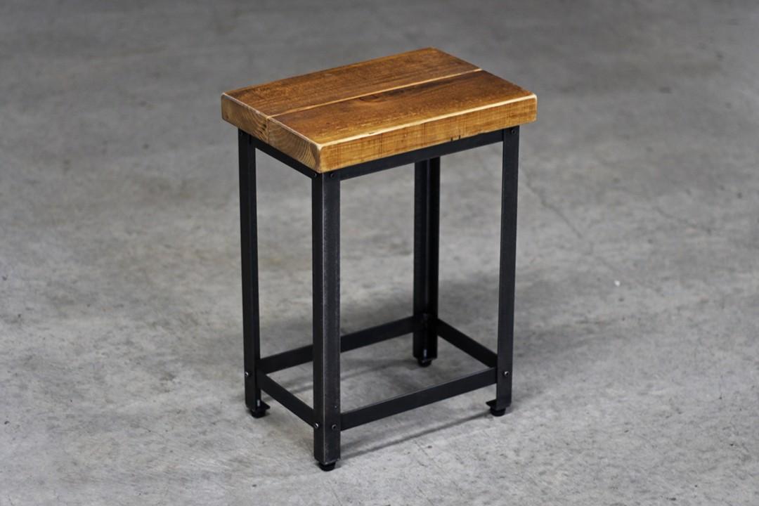 足場板と鉄で椅子(スツール)を作りました。