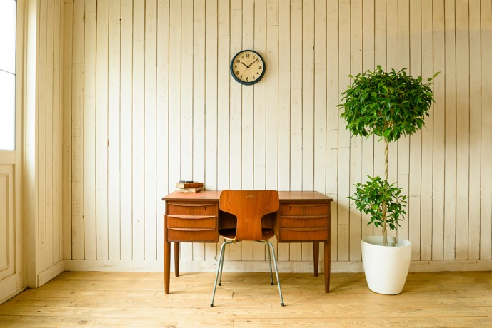 シンプルですっきりとしたプリティッシュスタイルの壁掛け時計