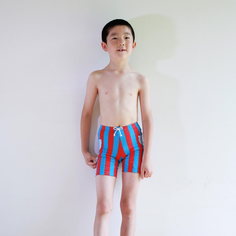 お洒落なストライプのボーイズ水着を着て、今年は兄弟お揃いで海に行こう!