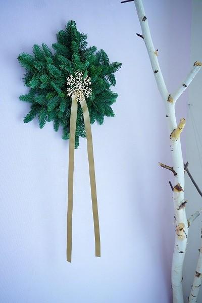 クリスマスギフト お歳暮にも最適 クリスマススワッグ・モミの木の雪の結晶が登場です。