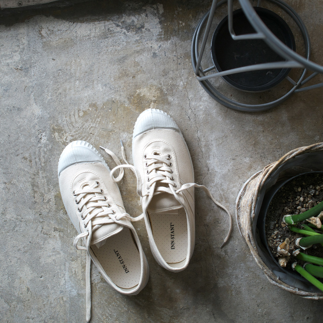 white canvas shoes 白のスニーカー