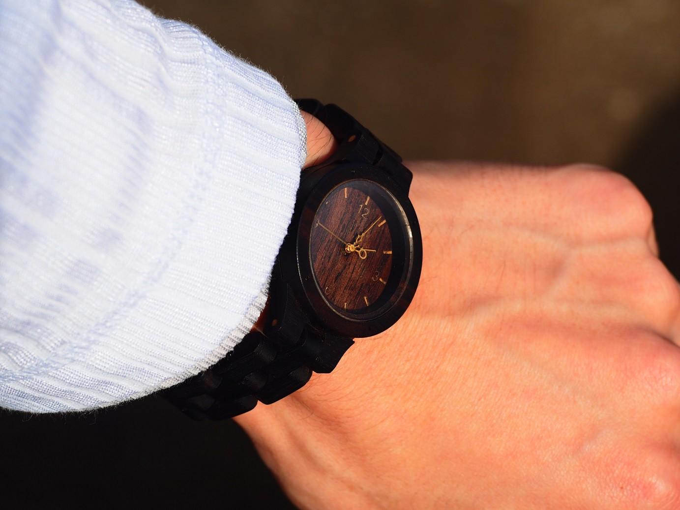 クリスマスプレゼントには、ぬくもり溢れる木製腕時計を…