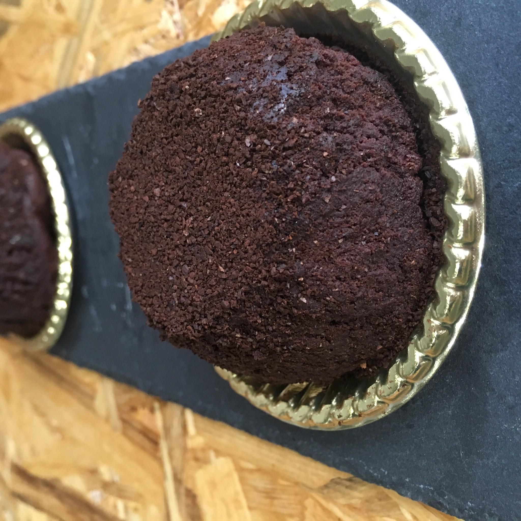 焙煎ただようコーヒーとチョコのケーキ。豆のこと。