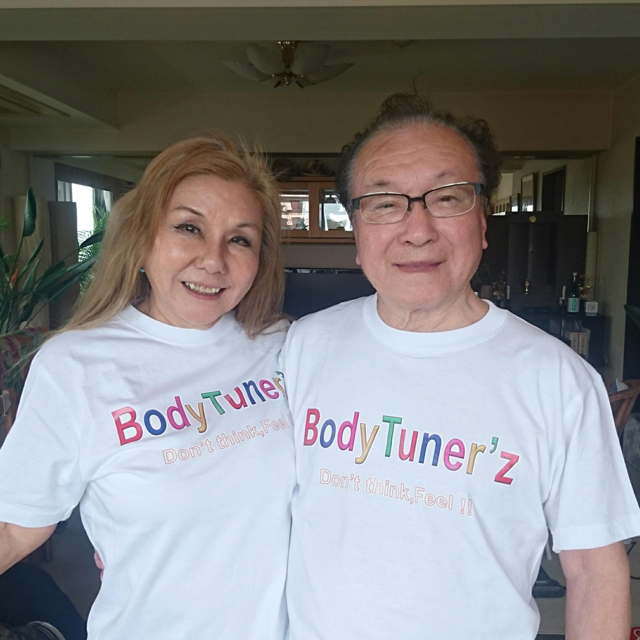 年齢性別を問わない、カラフルな胸プリントのホワイトTシャツ!