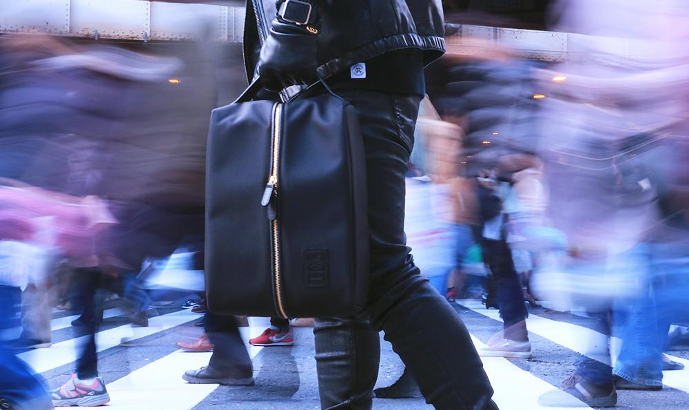 収納した状態でディスプレイのように魅せれるスニーカーバッグ