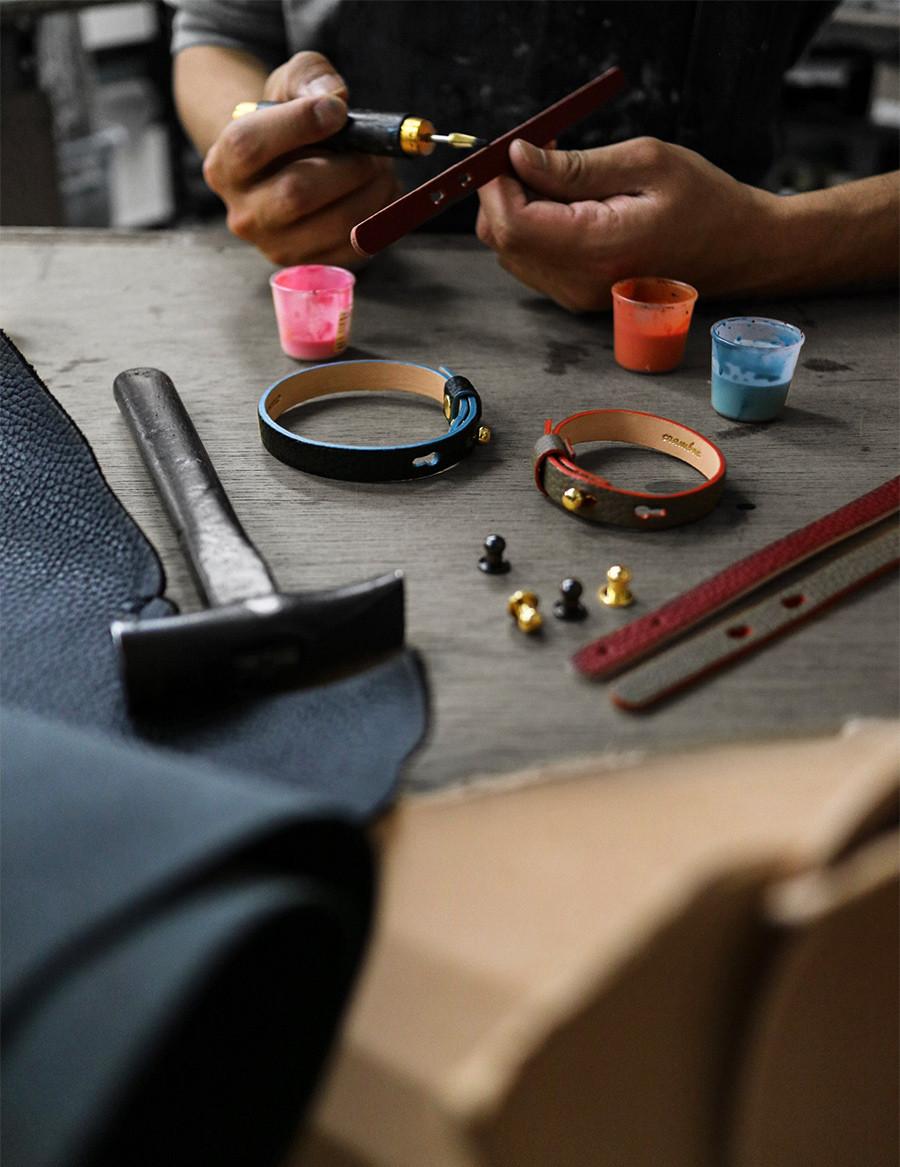自由にカラーを組み合わせてオリジナルのブレスレット/アンクレットが作れる。使う程に馴染む本革仕上げ。