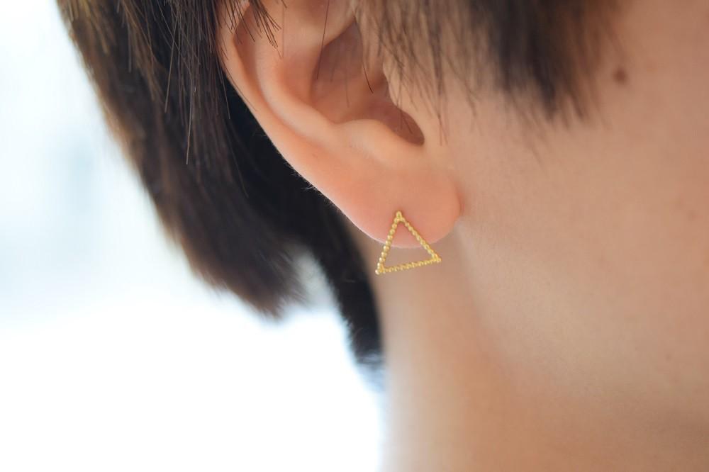 ちいさなアートを耳に 三角形のピアス