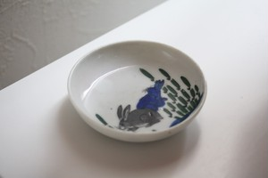 印判うさぎ文小皿   Small Dish with Printed Rabbits Design 20th C