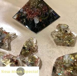 【New Moon Special】オリジナル ハーバルオルゴナイト ピラミッド White(白)