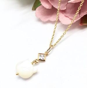 白蝶貝(ホワイトシェル)& CZダイヤの猫ちゃんペンダント