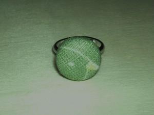 「黄緑色ドリ」柄の指輪