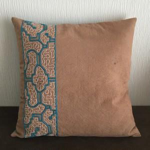 クッションカバー 40cm-10ベージュ刺繍水色 アマゾン・シピボ族の泥染め SHIPIBO