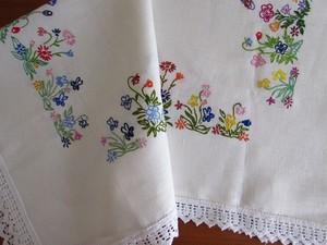 【色とりどりのお花畑】 カラフルなお花の手刺繍 テーブルクロス /ヴィンテージ・ドイツ  デッドストック
