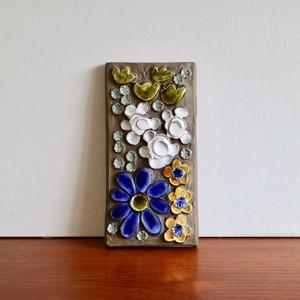 Jie Gantofta ジィ・ガントフタ / 陶板 青や黄のいろいろな花