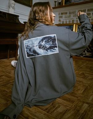 メンズカジュアルジャケット。バックプリントがおしゃれグレーカラー