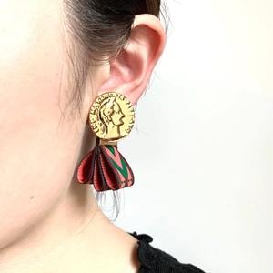 エスニックリボンとゴールドメダルの耳飾り